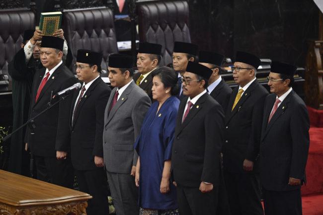 Ketua MPR periode 2019-2024 Bambang Soesatyo (kiri) dan sembilan pimpinan MPR lainnya mengucapkan sumpah jabatan saat pelantikan di ruang rapat Paripurna MPR, Kompleks Parlemen, Senayan, Jakarta, Kamis (3/10/2019). Sidang Paripurna tersebut menetapkan Bambang Soesatyo sebagai Ketua MPR periode 2019-2024 dengan Wakil Ketua, Ahmad Basarah dari Fraksi PDI Perjuangan, Ahmad Muzani dari Fraksi Partai Gerindra, Lestari Moerdijat dari Fraksi Partai Nasdem, Jazilul Fawaid dari Fraksi Partai Kebangkitan Bangsa, Syarief Hasan dari Fraksi Partai Demokrat, Zulkifli Hasan dari Fraksi Partai Amanat Nasional, Hidayat Nur Wahid dari Fraksi Partai Keadilan Sejahtera, Arsul Sani dari Fraksi Partai Persatuan Pembangunan dan Fadel Muhammad dari Kelompok DPD di MPR / Foto: Antara