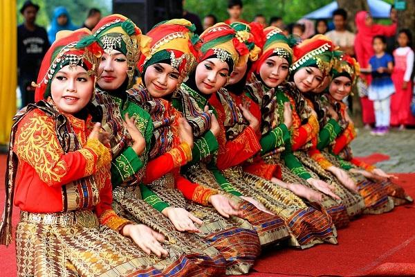 Pariwisata Indonesia, Tari Saman, Tarian Tradisional Aceh, Aceh, Pariwisata Aceh, Media PVK, PVK Group, Umi Kalsum, Tari Saman