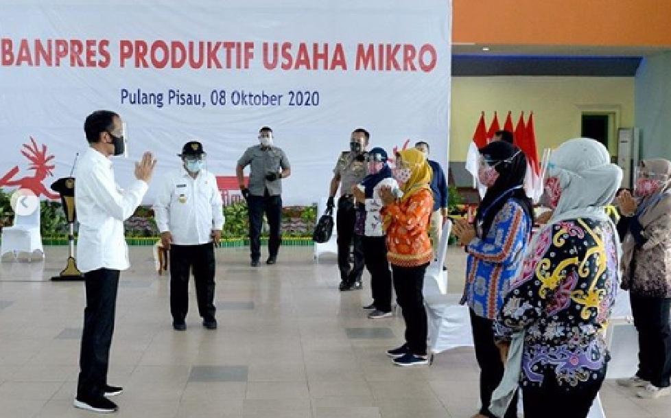 Presiden Jokowi Bagikan Banpres Produktif di Kalteng, Presiden Joko Widodo, Presiden Jokowi, Umi Kalsum, Berita Presiden Jokowi, Berita Presiden Jokowi, Kunjungan Kerja Presiden Jokowi ke Kalimantan Tengah, Jokowi ke Kalimantan Tengah, Media PVK, Pariwisata Indonesia, Presiden Joko Widodo, Presiden Jokowi Membagikan Banpres Produktif di Kalteng, Presiden Joko Widodo menyerahkan Banpres 8 oktober 2020, Bagikan Banpres Produktif untuk Usaha Mikro Presiden: Jangan Menyerah pada kamis (8/10/2020)